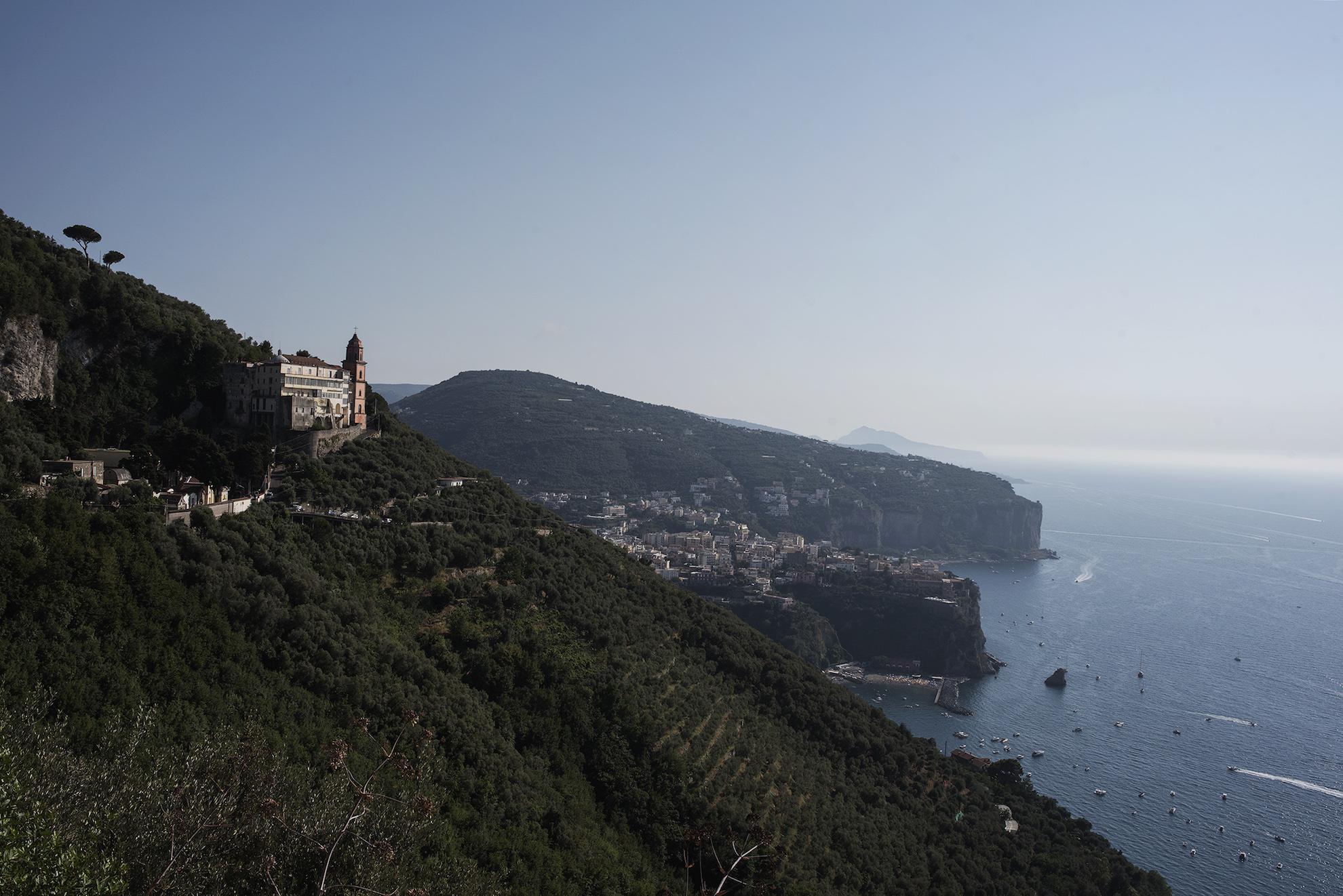 Da sinistra: la Chiesa di Santa Maria a Chieia, Vico Equense e Capri | Ph. Anna Monaco - Trentaremi